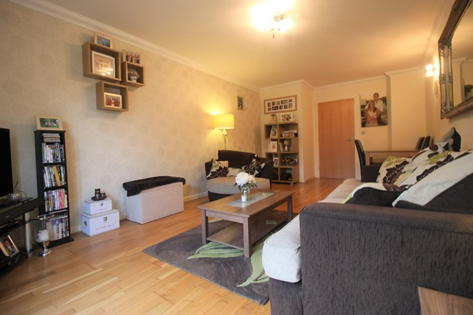 Two Bedroom Apartment In Lower Kingswood With Private