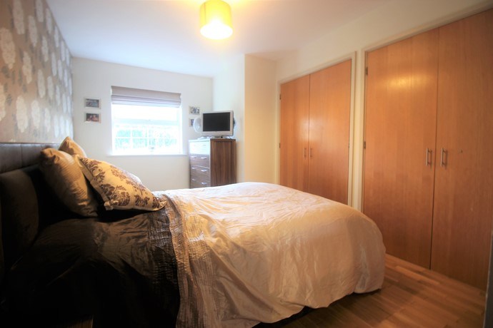 Two bedroom apartment in lower kingswood with private for 2 master bedroom apartments