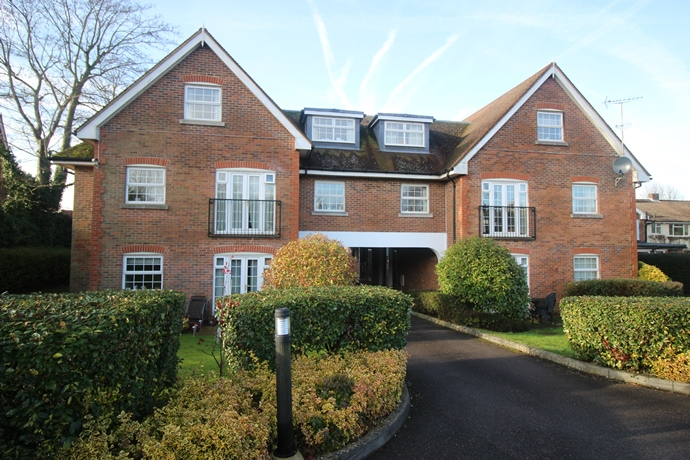 Two Bedroom Apartment in Lower Kingswood with Private Entrance