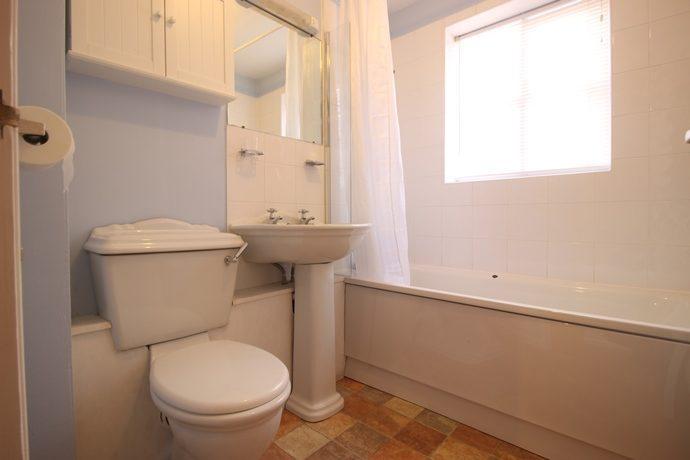Bathroom (s)