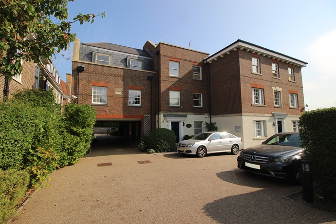 Two Double Bedroom Apartment Close to Merstham Train Station