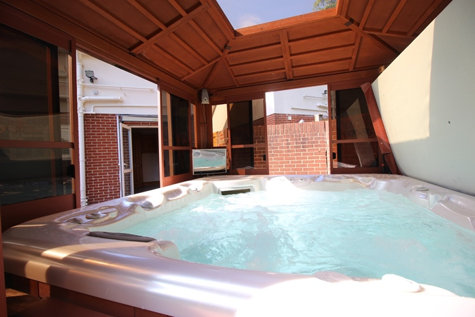 Hot Tub (s)