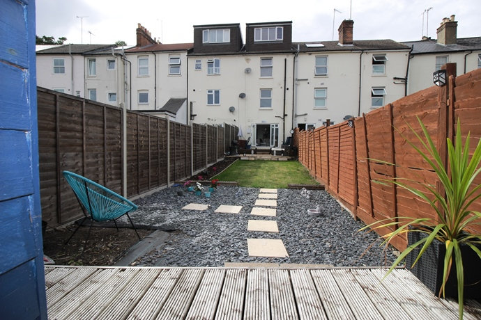 Garden Level Flat Ideal for Access to Redhill Train Station