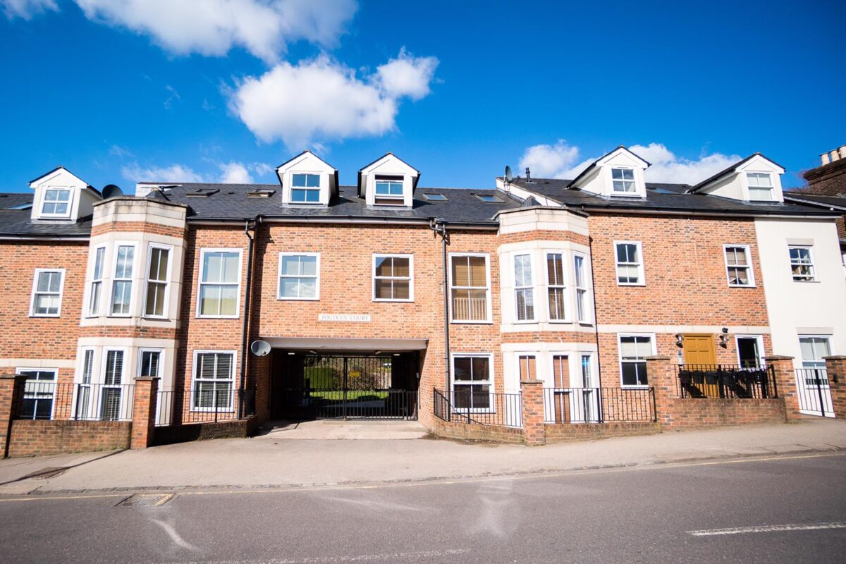 Two Bedroom Apartment in Reigate Town Centre with Private Courtyard